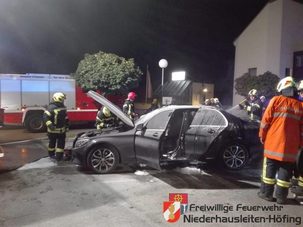 Fahrzeugbrand auf Parkplatz