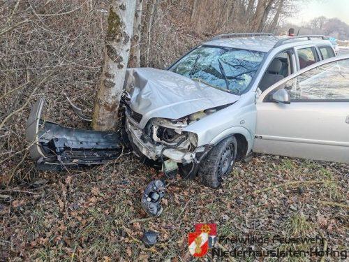 Fahrzeug prallte gegen Baum in Aschbach