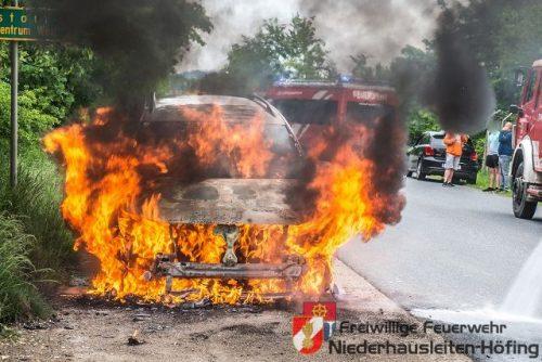 Fahrzeugbrand – Fahrzeug in Vollbrand.